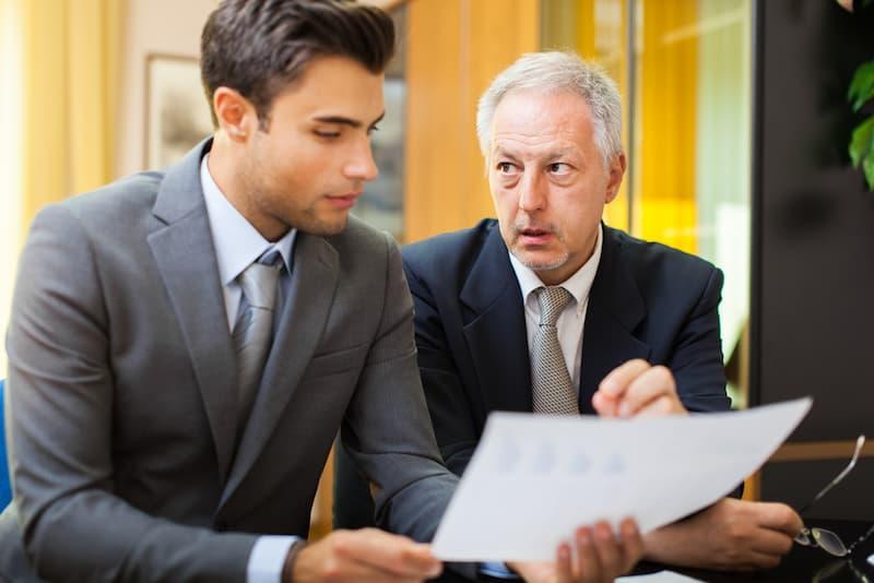 Ein Mann benötigt Kritikfähigkeit, da sein Boss ihn kritisiert