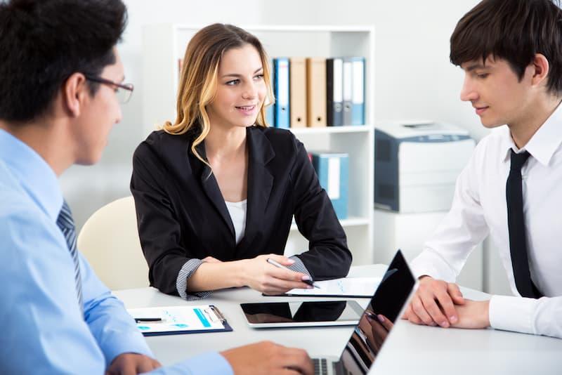 Eine Frau im Meeting kann richtig kritisieren