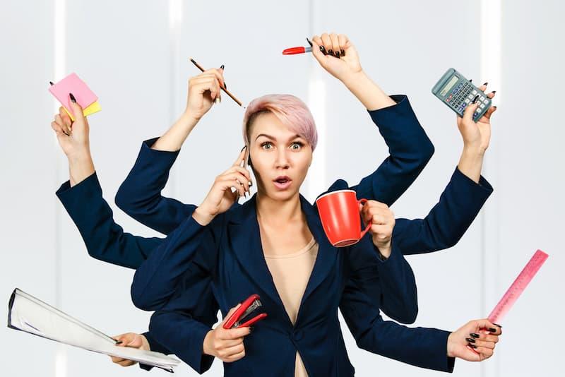 Eine Frau mit 8 Armen, ein Symbolbild für Multitasking