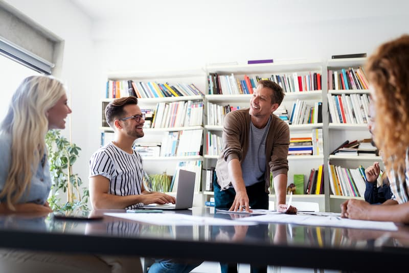 Menschen in einem Job arbeiten nach dem New-Work-Konzept